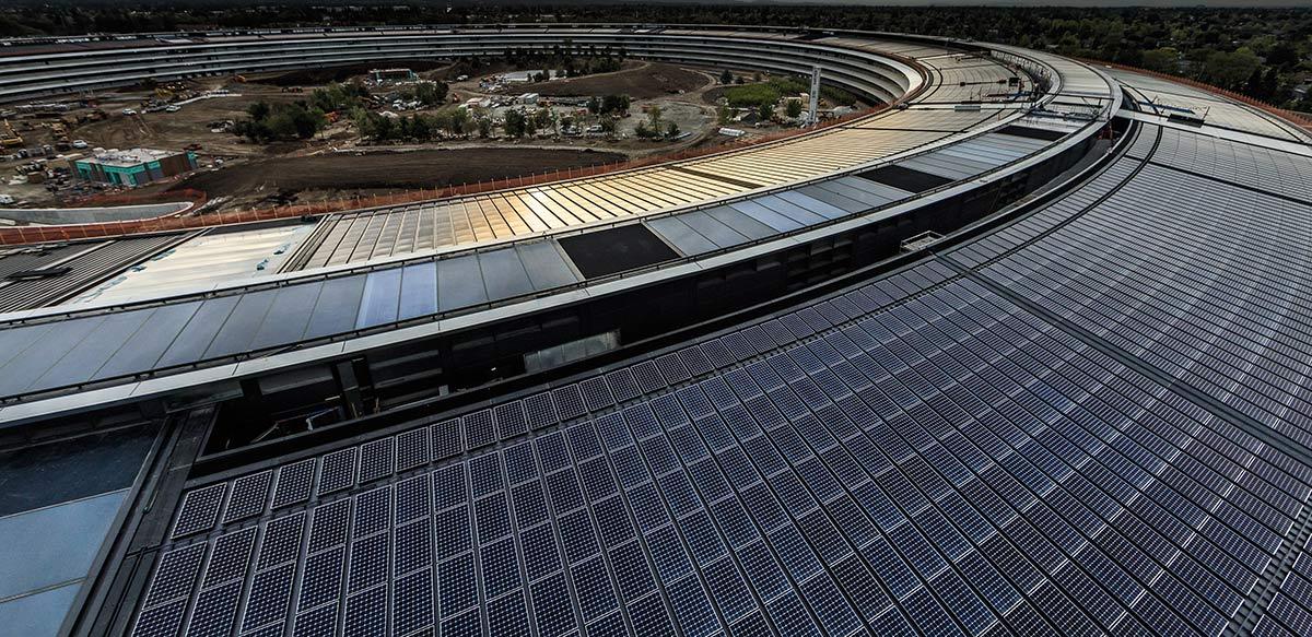 De zonnepanelen installatie van de nieuwe Apple Campus