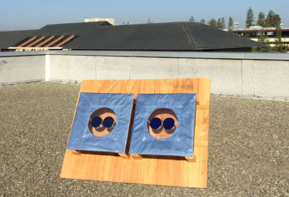 Links de zonnepanelen met coating tijdens de studie